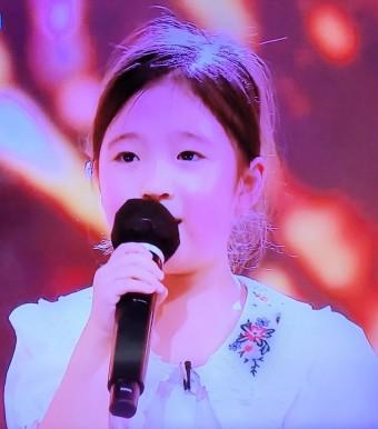 TV 조선의 '국민가수' 첫날 초등부에 출연한 최연소 7살 '김유하'가 레전드 가수 '이선희'의 '아 옛날이여'를 불러 13명 마스터들은 물론 사청자의 심금을 울려 올 하트를 받다