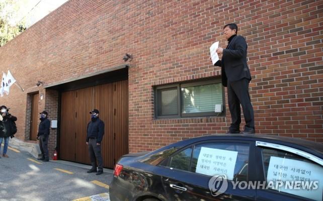 이명박 대국민 사과 촉구하는 1인 시위 | 포토뉴스
