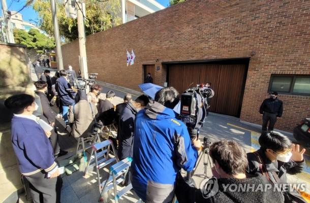 이명박 자택 앞 대기하는 취재진 | 포토뉴스