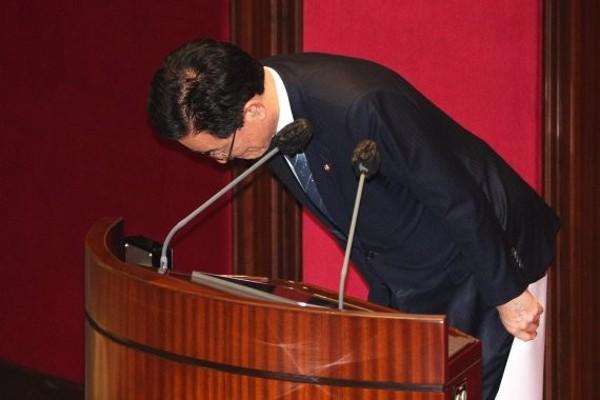 신상발언에 앞서 고개숙인 정정순 의원 | 포토뉴스