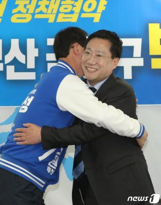 포옹하는 양정철 원장-박무성 후보 | 포토뉴스
