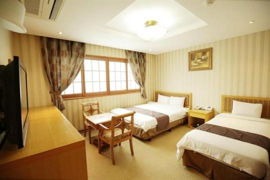 ?src=http%3A%2F%2Fmedia.hotelscombined.com%2FHI348931811.jpg&type=a540&quality=100