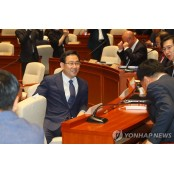 의원들과 대화하는 주호영 대화