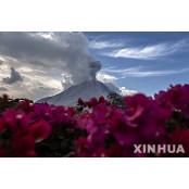 인도네시아 시나붕 화산 텡가 분출