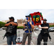소총으로 무장한 디트로이트 디트로이트 시위 남성들