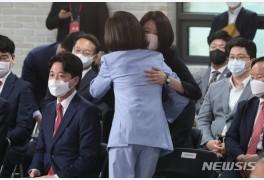 나경원 후보 축하받는 배현진 최고위원 당선자