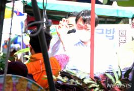 하이파이브 하는 군민의 힘 윤석열 전 총장