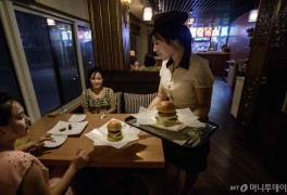 햄버거 팔기 시작한 北식당...美에 화해신호?