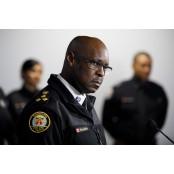 시위대와 무릎 꿇은 캐나다 경찰서장, 퇴임 10개월 토론토 앞두고