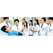수술 기피하는 의사들…요즘 비뇨기과 의사 영어로 의대생