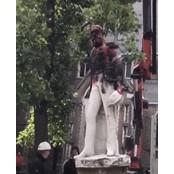 벨기에 국왕마저…바닥에 내팽개쳐지는 노예제 동상들 세조각 [영상]
