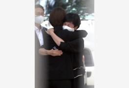 김경수 수감 현장 찾은 고민정, 부인과 눈물의 포옹