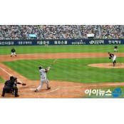 """""""프로야구·축구 경기 시작!""""…휘슬 울리자 신한은행·하나은행 축구중계보기 웃었다"""