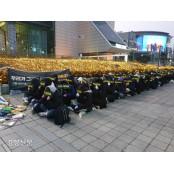 """""""첸 아웃"""" 아이돌과 엑소굿즈 팬덤…돈과 애정의 역학관계 엑소굿즈"""