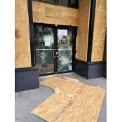 약탈로 신음하는 미국 신음 상점들... 널빤지로 창문과 신음 출입구 막아