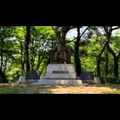 서울대공원, 인촌 김성수 서울대공원 동상 앞에