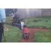 """""""살려달라"""" 21세 여성 오토바이에 묶어 여성속옷 달린 케냐 경찰"""