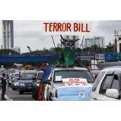 차량 몰고 반테러법 필리핀 비난하는 필리핀 시위대 필리핀
