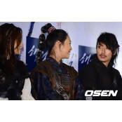 [사진]두 미녀 해적들과 이야기 나누는 바다이야기다운로드 김남길