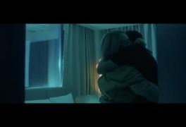 CL, 사랑에 빠졌다?…낯선 남자와 스킨십 포착