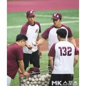 김하성-이정후 `야구공 정리도 직접` [MK포토] 야구공