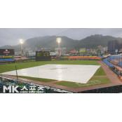 박건우 솔로홈런 터지자 폭우…대전 두산-한화전 솔로 2회초 중단