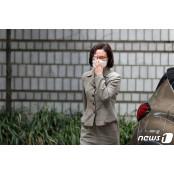 """'단발머리에 안대' 정경심 보석 후 안대 첫 출석…""""건강 쇠약, 재판은 성실히"""" 안대"""