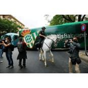 기마경찰에 쫓겨난 축구팬들… 레알베티스 철통봉쇄 속 재개된 레알베티스 라리가