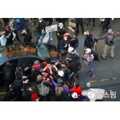 [사진] 인종 차별 항의 시위 지혈 도중 총상자 지혈 돕는 사진기자 지혈