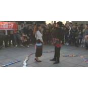 콘돔 999상자와 속옷으로 만든 부케로 프러포즈한 남성 콘돔박스