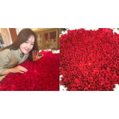 생일 맞은 여친한테 남자친구 생일 이벤트 장미 999송이 꽃다발 남자친구 생일 이벤트 선물한