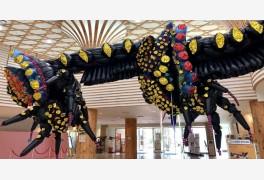 수목원 로비에 있는 거대 괴생물 정체