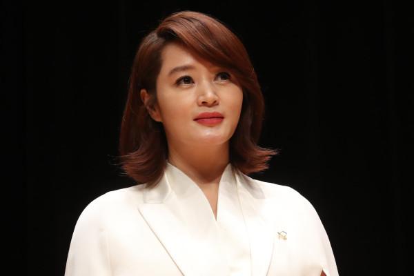 """""""엄마니까 해줬겠죠""""... 강제 소환된 김혜수 가정사에 떠오르는 '모성애 실험'   포스트"""